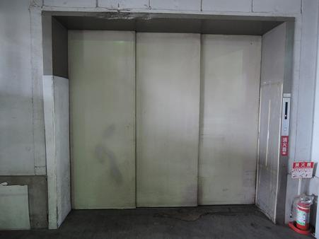 人荷用エレベーター