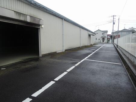 倉庫 裏側駐車場