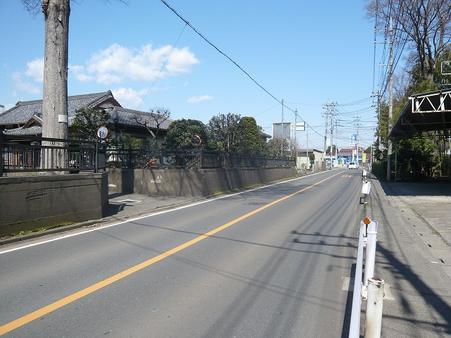 西側前面道路